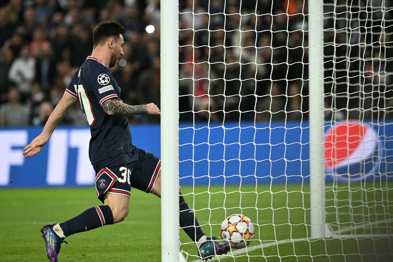 Lionel Messi inscrit le but de l'égalisation pour Paris face au RB Leipzig, au Parc des Princes, le 19 octobre 2021