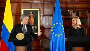El presidente de Colombia, Iván Duque, habla mientras la jefa de Política Exterior de la Unión Europea, Federica Mogherini, escucha durante una conferencia de prensa en Bogotá, Colombia, el 12 de septiembre de 2019.