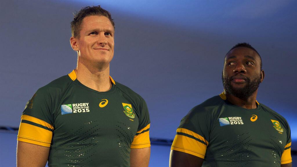 Le capitaine des Springboks Jean de Villiers (à gauche) pose avec le pilier Tendai Mtawarira (à droite).