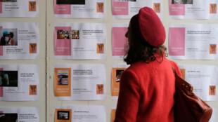 Una mujer revisa un tablero que contiene información sobre el programa del festival cinematográfico Cinélatino el 23 de marzo de 2017 en la biblioteca cinematográfica de Toulouse.