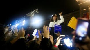 La expresidenta de Argentina, Cristina Fernández de Kirchner, saluda a sus simpatizantes después de la presentación de su libro 'Sinceramente', en la Feria del Libro de Buenos Aires, Argentina, el 9 de mayo de 2019.