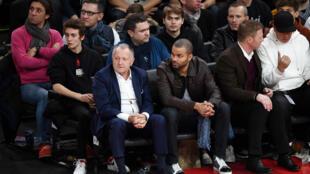 Le président de l'Olympique Lyonnais Jean-Michel Aulas (à gauche) et Tony Parker lors du match NBA entre les Milwaukee Bucks et les Charlotte Hornets organisé à Paris le 24 janvier 2020