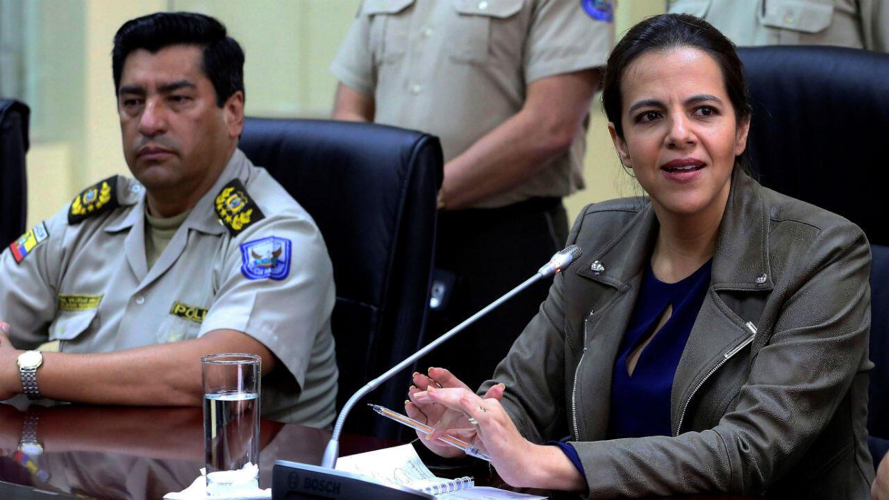 La ministra de Interior de Ecuador, María Paula Romo, durante la rueda de prensa ofrecida en Ibarra, en el norte de Ecuador, tras una reunión con altos mandos policiales a raíz del asesinato de una embarazada por un venezolano. Enero 21 de 2019.