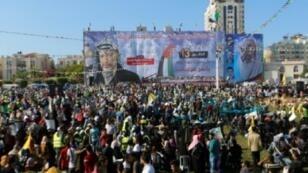 فلسطينيون يرفعون صور عرفات في يوم 9 تشرين الثاني/نوفمبر 2017 في غزة خلال فعالية نظمها أنصار محمد دحلان القيادي المفصول من حركة فتح