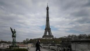 La maire de Paris, Anne Hidalgo, a demandé au préfet de police de rendre obligatoire le port du masque dans plusieurs secteurs fréquentés de la capitale