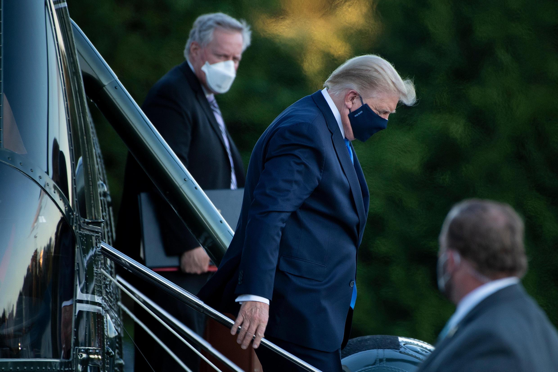 El presidente estadounidense, Donald Trump, llega al hospital militar tras haber sido diagnosticado con coronavirus el 2 de octubre de 2020.