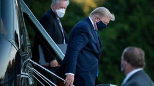 Le président américain, Donald Trump, arrive à l'hôpital militaire à Bethesda, dans le Maryland, le 2 octobre 2020.