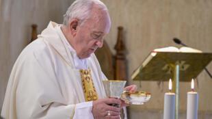 صورة نشرها إعلام الفاتيكان للبابا فرنسيس خلال قداس في كنيسة القديسة مارتا في 8 تموز/يوليو 2020