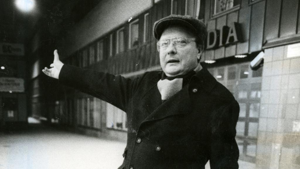 """""""El hombre de Skandia"""", Stig Engström, frente a las oficinas donde trabajaba, cerca del lugar del crímen, en el que fue asesinado el primer ministro sueco, Olof Palme."""
