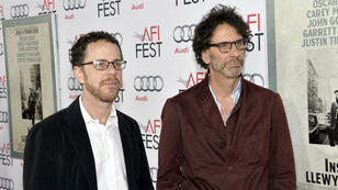"Ethan et Joel Coen lors de la projection d'""Inside Llewyn Davis"", à Hollywood, le 14 novembre 2013."