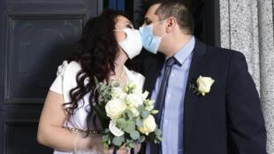 Un couple d'Italiens masqués lors de leur mariage près de Milan, le 11 mai dernier.