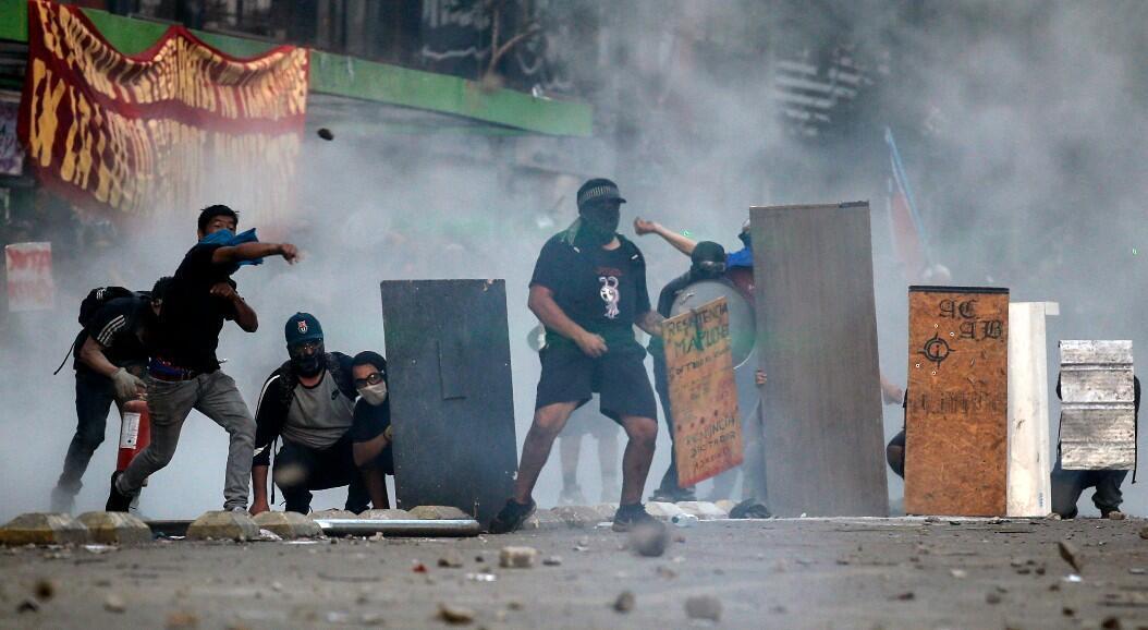Archivo-Un grupo de manifestantes se enfrenta a la policía, en medio de las protestas contra las políticas económicas del Gobierno, en Santiago, Chile, el 6 de noviembre de 2019.