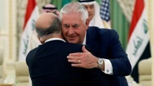 عناق بين وزير الخارجية الأمريكي ريكس تيلرسون ورئيس الحكومة العراقية حيدر العبادي خلال لقائهما في الرياض في الثاني والعشرين من تشرين الأول/أكتوبر 2017