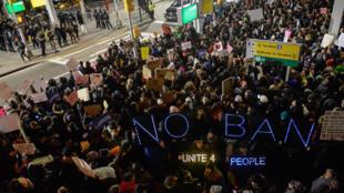 Plusieurs centaines de manifestants rassemblés à l'aéroport JFK de New York ont protesté, samedi 28 janvier, contre le décret sur l'immigration de Donald Trump.