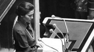 Simone Veil défendant devant les députés son projet de loi pour dépénaliser l'avortement.