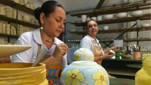 Las artesanas Indira Osorio y Gina García en un taller de producción cerámica en el departamento del Huila, en el sur de Colombia.