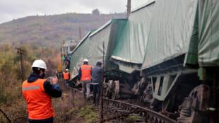 Rescatistas verifican los daños a un tren supuestamente atacado por miembros de la etnia mapuche el 30 de julio de 2020 en Araucania, Chile