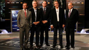 Los candidatos a la presidencia de Colombia, Gustavo Petro, Iván Duque, Germán Vargas Lleras, Sergio Fajardo y Humberto de la Calle, posan para la foto durante el debate presidencial en el diario El Tiempo en Bogotá, el 24 de mayo de 2018.
