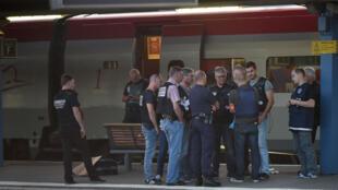 Des enquêteurs sur les lieux de l'attaque du train le 21 août dernier.