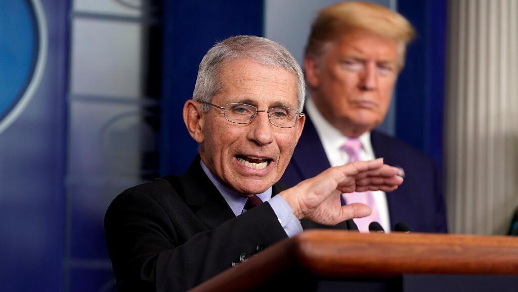 Anthony Fauci, el director del Instituto Nacional de Alergia y Enfermedades Infecciosas de Estados Unidos, y el presidente Donald Trump durante la rueda de prensa de la fuerza de tarea contra el coronavirus el 4 de abril de 2020.