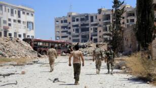 Une patrouille de l'armée syrienne dans le quartier de Layramoun, au nord-ouest d'Alep, photographiée le 28 juillet 2016.