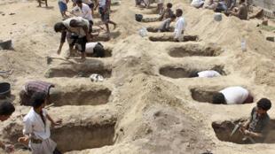 Des tombes creusées pour des enfants tués dans un bus lors d'une frappe aérienne sur le marché de Dahyan, dans la province yéménite de Saada, le 10 août 2018.