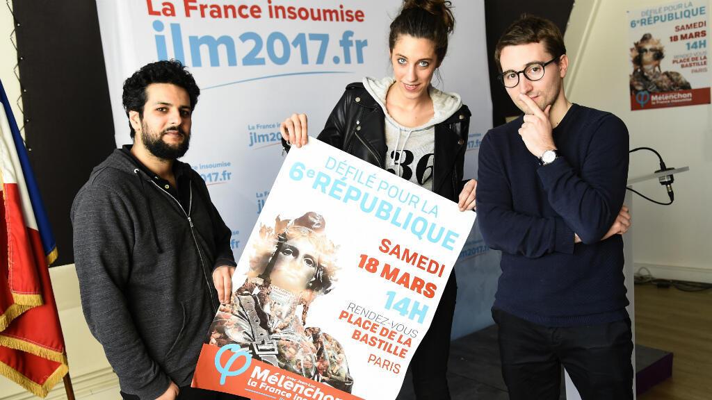 Des membres de l'équipe de campagne de Jean-Luc Mélenchon posent, mardi 14 mars 2017, à Paris, avec une affiche du défilé pour la VIe République.