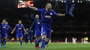 Le milieu Mathieu Valbuena (c) et ses coéquipiers de l'Olympiakos fêtent leur victoire sur Arsenal en 16e de finale retour de la Ligue Europa, à Londres, le 27 février 2020