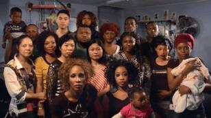 """Les 18 coiffeurs du 57 boulevard de Strasbourg à Paris, filmés par le collectif de cinéastes pour les """"sans-papiers""""."""