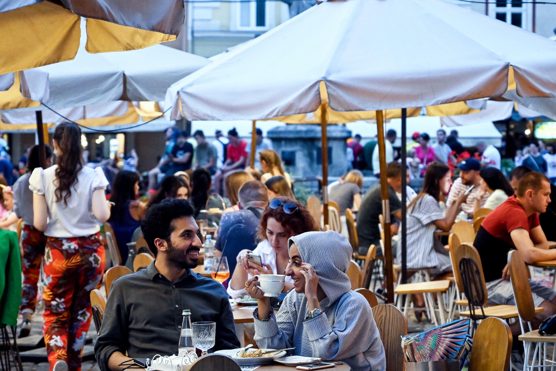 سائحون من دول الخليج في 15 أغسطس 2021 على شرفة أحد المقاهي في إلفيف ، أوكرانيا