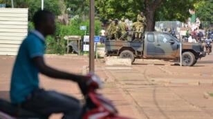 Des troupes patrouillant dans les rues de Ouagadougou lors du coup d'État du 17 septembre 2015.