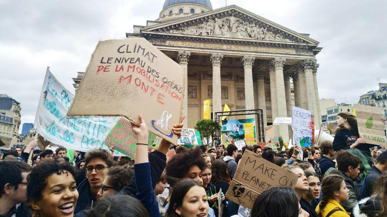 Des jeunes manifestent à Paris devant le Panthéon à l'occasion de la grève pour le climat, vendredi 15mars2019.