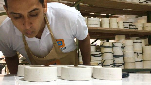 El artesano Alberto Fernández sopla los moldes de piedra en los que vierte la mezcla de arcilla para que se distribuya y no queden burbujas.