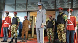 Le général Gilbert Diendéré attend l'arrivée de plusieurs chefs d'État africains membres de la Cédéao, mercredi 23 septembre 2015, à l'aéroport de Ouagadougou.