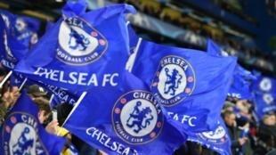Des supporters de Chelsea agitent des drapeaux pour soutenir leur équipe contre Barcelone, en match aller des huitièmes de finale contre Barcelone au stade de Stamford Bridge à Londres, le 20 février 2018.