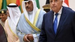 وزير خارجية مصر سامح شكري (يمين) ونظيره الكويتي الشيخ صباح الخالد الحمد الصباح خلال اجتماع في الرياض في 29 تشرين الأول/أكتوبر 2017
