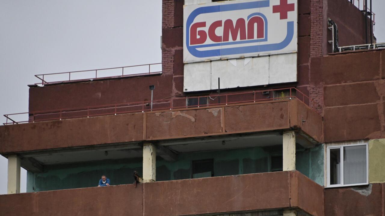 Una persona se asoma a un balcón del Hospital de Urgencias Nº 1 de la ciudad siberiana de Omsk, Rusia, el 20 de agosto de 2020, donde se encuentra el opositor ruso Alexéi Navalni en cuidados intensivos.