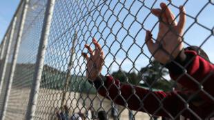 Quelque 2 500 migrants, arrivés sur l'île de Lesbos après le 20 mars, sont enfermés dans le centre de Lesbos en attente de leur transfert vers la Turquie.