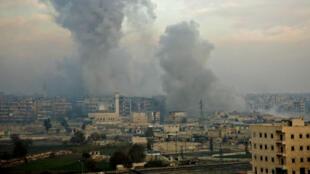 De la fumée s'élève au-dessus des derniers quartiers est d'Alep encore tenus par les rebelles, le 12 décembre 2016.