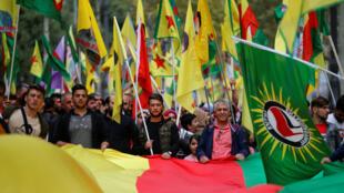 Des manifestants kurdes marchent pour dénoncer l'offensive militaire turque en Syrie, à Marseille, le 12 octobre 2019.