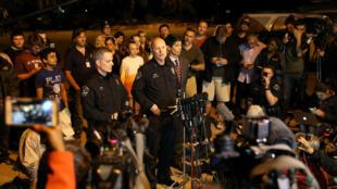 El jefe de la policía auxiliar de Austin, Ely Reyes, se dirigió a los medios sobre el incidente que según el personal policial involucró un dispositivo incendiario en la cuadra 9800 de Brodie Lane en Austin, Texas, EE. UU., el 20 de marzo de 2018.