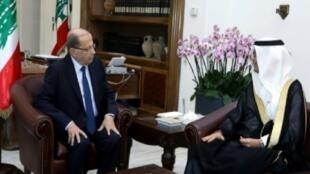 لقاء الرئيس اللبناني ميشال عون بالقائم بالأعمال السعودي وليد بخاري في القصر الرئاسي خارج بيروت في 10 تشرين الثاني/نوفمبر 2017