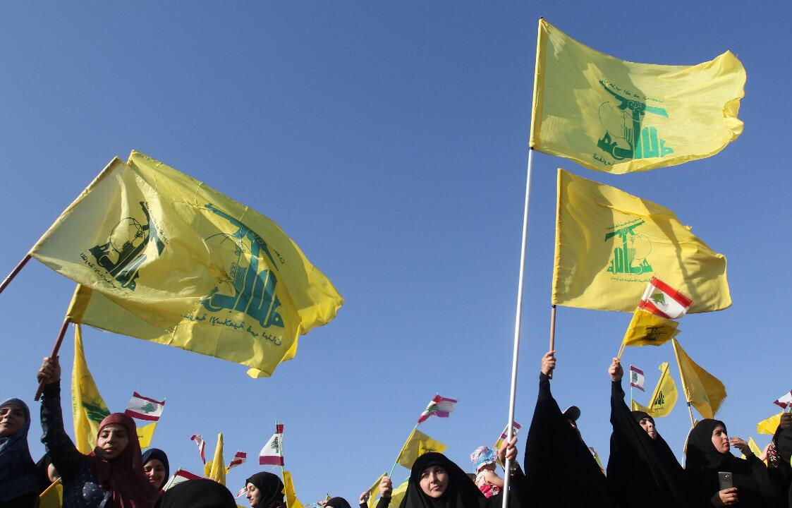 Des sympathisants du Hezbollah agitent des drapeaux du mouvement chiite libanais à Khiam, dans le sud du Liban, en août 2017.