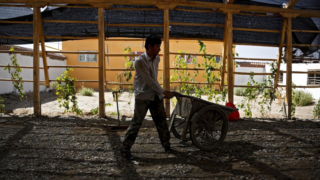 En esta imagen de archivo del 21 de septiembre de 2018 se muestra a un hombre de etnia uigur trabajando en una obra en la región de Xinjiang, en China.