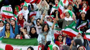 Mujeres iraníes asisten al clasificatorio asiático de la Copa Mundial de Irán contra Camboya en el estadio Azadi en Teherán, Irán, el 10 de octubre de 2019.