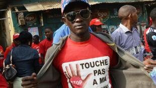 Un manifestant photographié lors d'un rassemblement de protestation contre le président Alpha Condé et son projet de référendum constitutionnel, le 6 janvier 2020 à Conakry.
