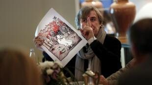 Le dessinateur et caricaturiste Plantu présentant l'une de ses cariactures sur le conflit israélo-palestinien, le 13 février 2015.