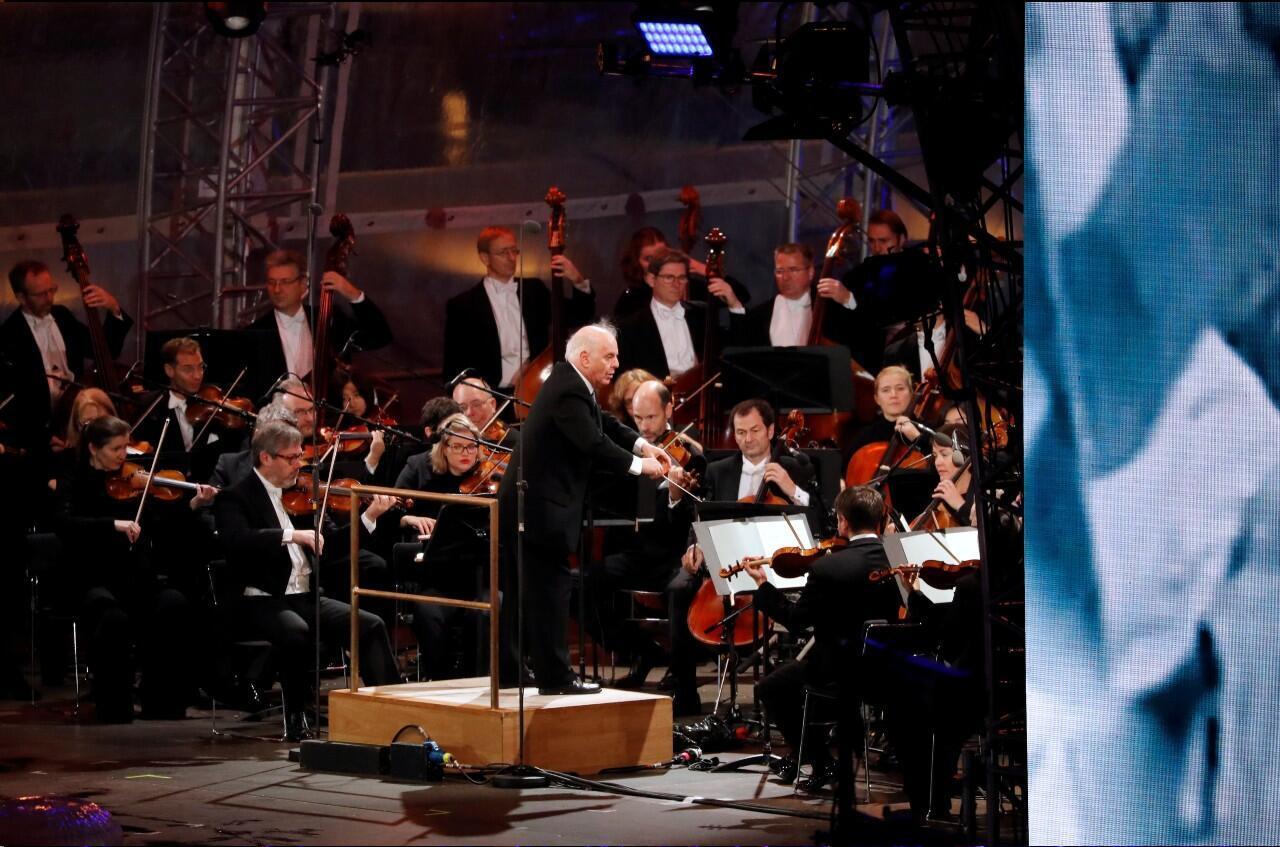 Daniel Barenboim durante una ceremonia que conmemoró el 30 aniversario de la caída del Muro de Berlín en la Puerta de Brandenburgo en Alemania el 9 de noviembre de 2019.