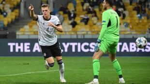 Le défenseur Matthias Ginter (g) ouvre le score pour l'Allemagne face à l'Ukraine lors du match de groupes de la Ligue des nations, à Kiev, le 10 octobre 2020