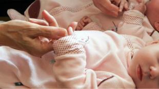 Deux enfants d'un couple français nés par GPA en Ukraine, 14 avril 2011.